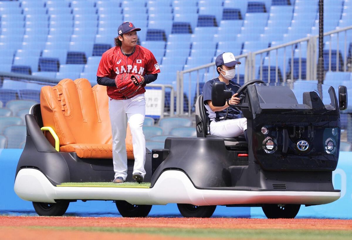 五輪仕様のリリーフカーに乗ってマウンドに向かう伊藤大海