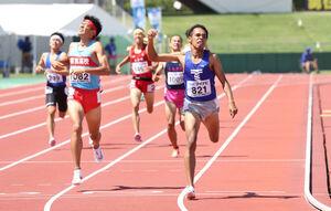 男子800メートルでデッドヒートの末、優勝した東海大翔洋・兵藤ジュダ(右)