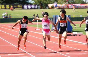 男子200メートルで競り合いの末5位の田名部・佐賀陽(中央)