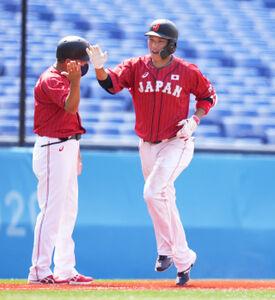 7回無死、坂本勇人が左越えソロを放ち清水雅治コーチ(左)とタッチ