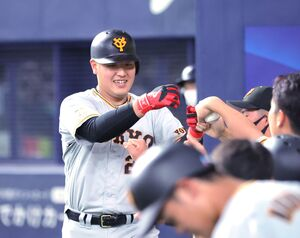 6回1死、右越えソロ本塁打を放ちナインとグータッチをする岡本和真(カメラ・中島 傑)