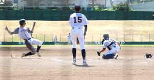 7回にランニング本塁打を放った札幌北広島の但野はホームにスライディング