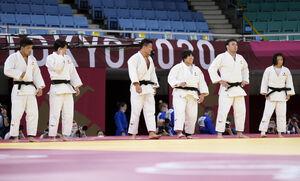 銀メダルを獲得した日本柔道団体の選手たち(共同)