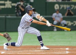 3回2死満塁、中前に先制2点打を放つ東海大菅生の小池祐吏
