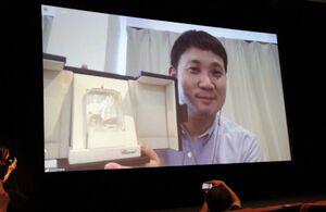 カンヌ国際映画祭脚本賞のトロフィーを披露する濱口竜介監督