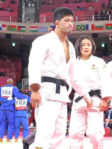 混合団体決勝、フランス(左)に敗れ銀メダルとなり、肩を落とす大野(右は芳田)(カメラ・相川 和寛)