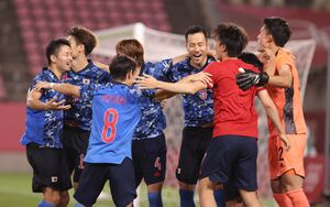 延長PKで勝利、GK・谷晃生(右)に駆け寄り輪になって喜ぶ吉田麻也らイレブン(カメラ・竜田 卓)