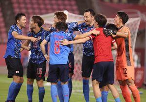 PK戦の末に勝利し、GK谷晃生(右)に駆け寄り輪になって喜ぶ吉田麻也ら日本イレブン(カメラ・竜田 卓)