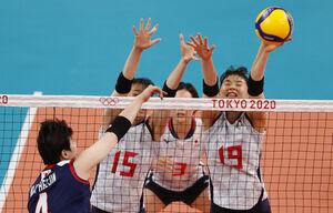 韓国戦でブロックに跳ぶ日本(ロイター)