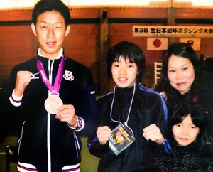 小学5年時の全国大会でロンドン五輪ボクシング銅メダリストの清水聡(左)と写真に納まる入江(中)と母・マミさん(家族提供)