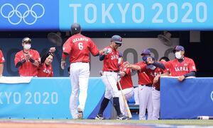 3回1死一、三塁、浅村栄斗の投ゴロで坂本勇人(6)が生還。迎える稲葉篤紀監督(右端)