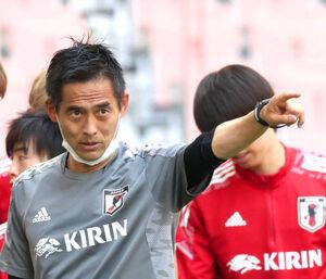 川口能活GKコーチ(左)