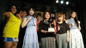 優勝カップを持つキューティー鈴木(前列中央)