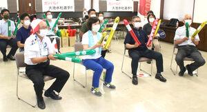 東京五輪BMXフリースタイル・パーク女子決勝に出場した島田市出身の大池を応援する染谷市長(手前左から2人目)と島田市役所職員