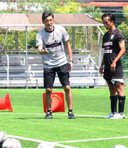 FW陣に指導するJ3藤枝の須藤大輔新監督(左)
