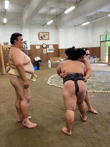 荒磯部屋の初稽古で弟子を指導する荒磯親方(左)=日本相撲協会提供