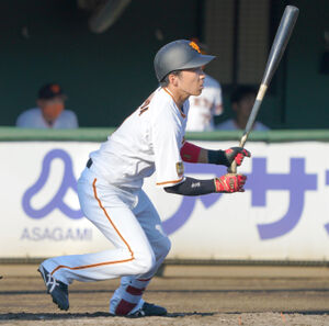 3回無死二塁、先制打を放つ増田大輝