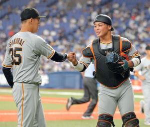 5回、無失点に抑え桜井俊貴(左)とグータッチをする山瀬慎之助