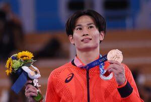 銅メダルを手にした萱和磨(ロイター)