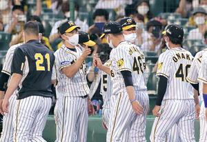 西武に勝利し、ベンチ前で先発・秋山拓巳(左から3人目)らを迎える矢野燿大監督(左から2人目)