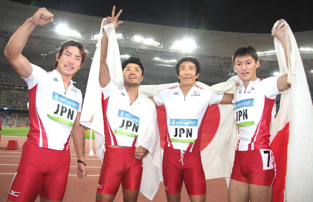 08年の北京五輪男子400メートルリレー決勝で3位(後に繰り上げ)に入り、日の丸をまとい歓喜する日本代表の(左から)塚原、末続、朝原、高平