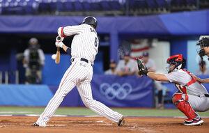 1回無死一塁、中前安打を放つ坂本勇人