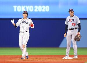 3回2死、二塁打を放ち、手を叩く坂本勇人