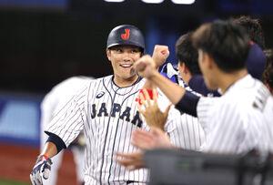吉田正尚の先制適時打で生還し、ベンチ前で笑顔を見せる坂本勇人