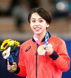 銅メダルを手に笑顔を見せる村上茉愛(カメラ・矢口 亨)