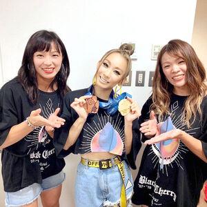 川井梨紗子(右)と友香子(左)からメダルの報告を受ける倖田來未(本人提供)