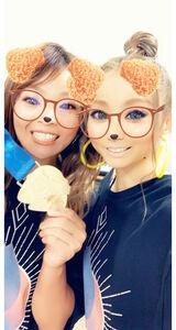 スマホアプリで仲良しツーショットの倖田(右)と梨紗子(本人提供)