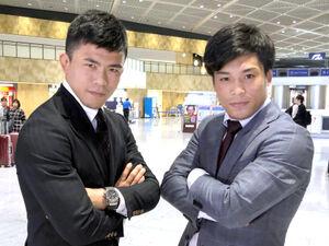 19年11月、W杯出発前にポーズを取る文田(左)と太田