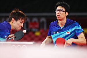 男子団体で準々決勝進出の丹羽孝希(左)、水谷隼(ロイター)