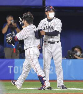 サヨナラ打を放った甲斐拓也を迎える稲葉篤紀監督(右)