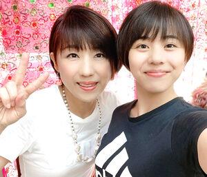 母・英子さん(左)と仲良く記念撮影(家族提供)