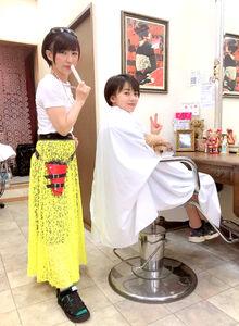 母・英子さん(左)に髪をカットしてもらう村上(家族提供)