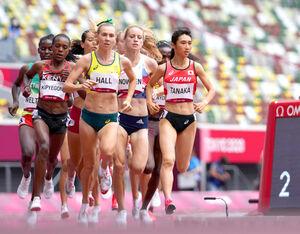 女子1500メートル予選、4分2秒33の日本新記録をマークし準決勝進出を決めた田中希実(右端)