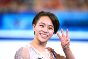 女子種目別床運動で銅メダルを獲得し、指で「3位」を示すポーズをする村上茉愛(カメラ・矢口 亨)