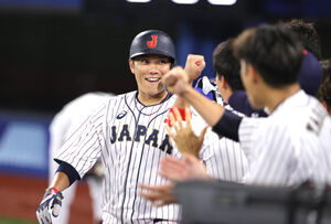 3回2死二塁、吉田正の先制適時打で生還し、ナインとグータッチを交わす坂本(カメラ・竜田 卓)