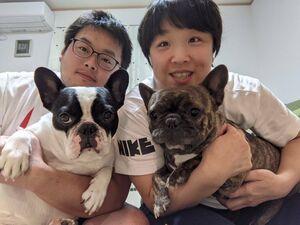 皆川博恵と夫・拓也さんと愛犬の2匹のフレンチブルドッグのレイアとマハロ(提供写真)