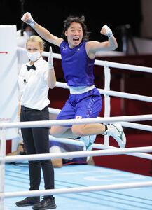 女子フェザー級決勝で勝利し、金メダルを獲得した入江聖奈(右)(カメラ・相川 和寛)