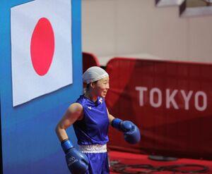 女子フェザー級決勝、笑顔で入場する入江聖奈。金メダルを獲得した(カメラ・相川 和寛)