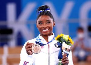 銅メダルを手に笑顔を見せるバイルス(ロイター)