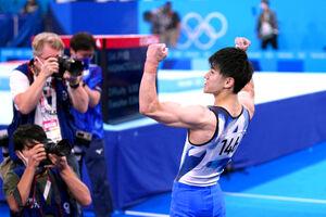 男子種目別鉄棒で金メダルを獲得し喜ぶ橋本大輝(カメラ・矢口 亨)