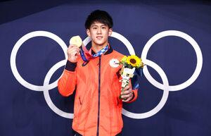 獲得した金メダルを手に笑顔の橋本大輝(ロイター)