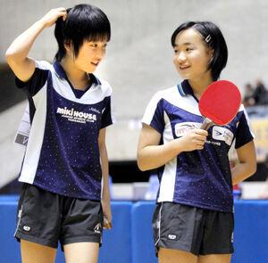 13年1月、全日本卓球選手権大会で会話する平野(左)と伊藤