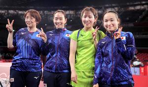香港に3-0で勝利し、決勝進出を決めた(右から)伊藤美誠、平野美宇、石川佳純、馬場美香監督。銀メダル以上が確定した(カメラ・相川 和寛)