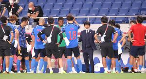 スペインに破れた試合後、円陣で強い口調で話す森保一監督(カメラ・竜田 卓)