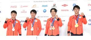 会見を終え、記念撮影に応じる体操男子の(右から)橋本大輝、萱和磨、谷川航、北園丈琉の各選手(代表撮影)