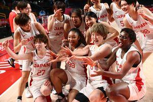 喜びを爆発させる日本女子メンバー(ロイター)